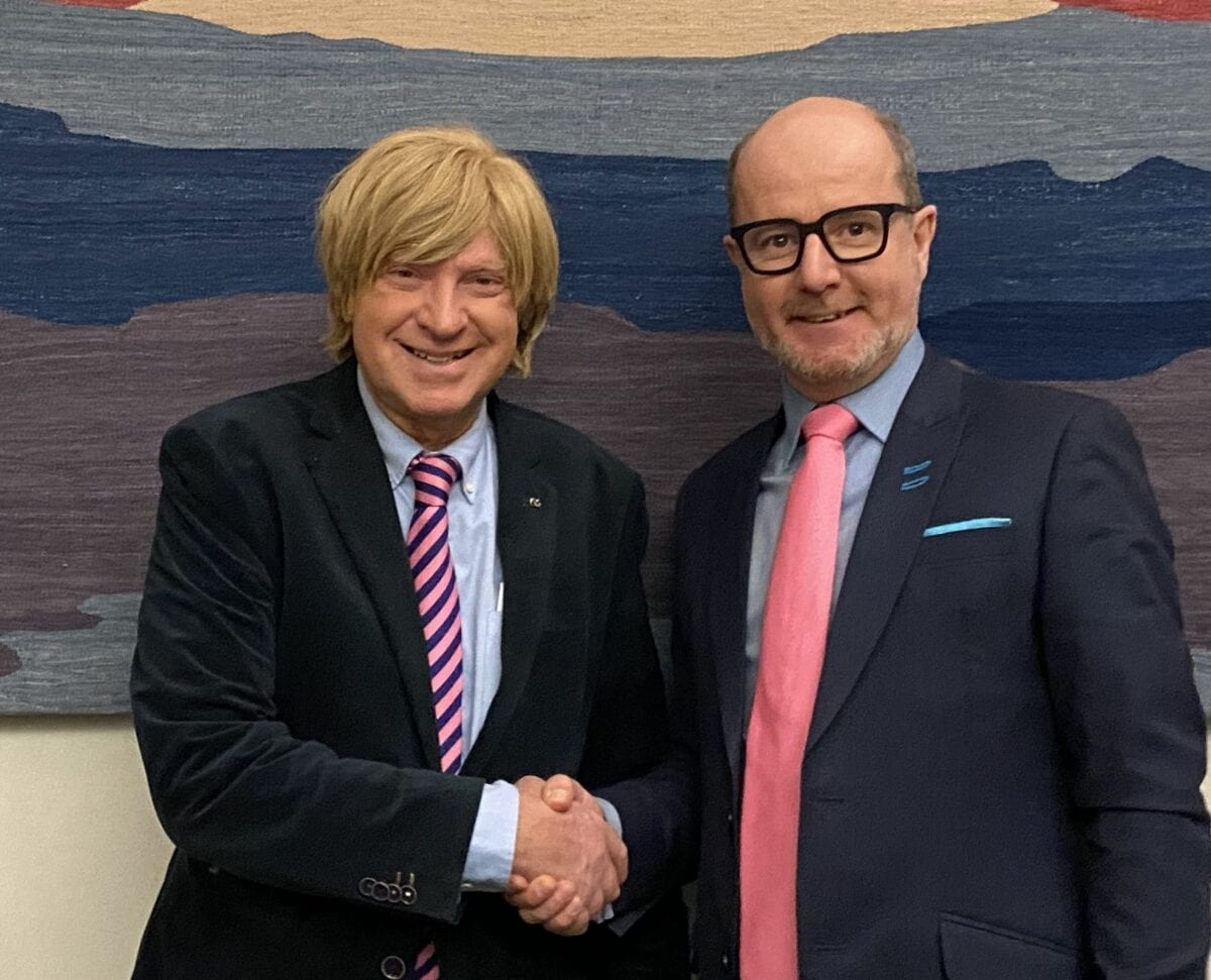Michael Fabricant MP shakes hands with Paul Rodgers, IWA national chairman