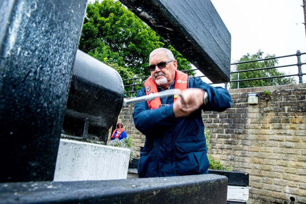 Ian Kelshaw operating the lock